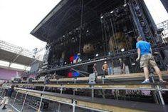 Montage de la scène pour le concert de Johnny Hallyday au stade de La Praille