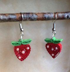 Boucles d'oreille fraises en quilling, papier roulé : Boucles d'oreille par dibavalem