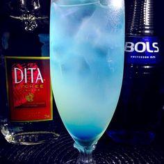 ライチリキュールとクレープフルーツジュースの相性が抜群なカクテル、チャイナ・ブルーです  チャイナは中華ではなく、陶磁器を表す(ボーン・チャイナとかの)意味のチャイナです。青い陶磁器をモチーフにしているそうです  ライチリキュール30cc クレープフルーツジュース45cc トニックウォーター適量 ブルーキュラソー1tsp アルコール5度  氷を入れたグラスにライチリキュールとクレープフルーツジュースを注ぎ、トニックウォーターで満たし軽くステアする。ミキシングスプーンにとったブルーキュラソーをグラスの縁にそって静かに沈める - 54件のもぐもぐ - あつし's BAR No.50チャイナ・ブルー by kedent17