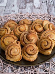 Schnelle und einfache Mini Zimtschnecken. Die Schnecken schmecken gut nach Zimt und sind ideal zum Kaffee. Das Rezept ist gut erklärt.