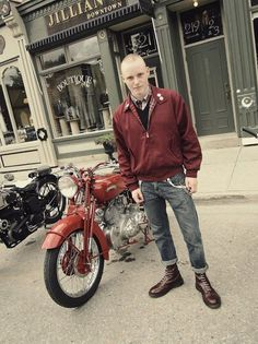 Classic red Harrington jacket, smothered in badges - hopefully either two tone or trojan Ska! Skinhead Boots, Skinhead Fashion, Mens Fashion, Skinhead Style, Skinhead Clothing, Rock Fashion, Fashion Boots, Dr. Martens, Estilo Punk Rock