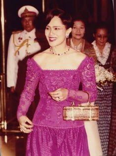 Queen Sirikit brought the art of purse weaving back to the village in which it is from. There are now master craftsman again. King Phumipol, King Rama 9, King Queen, Hm The Queen, Her Majesty The Queen, King Thailand, Queen Sirikit, Bhumibol Adulyadej, Thai Dress
