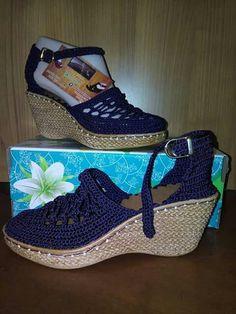 New crochet shoes boots yarns 33 Ideas Diy Crochet Shoes, Crochet Slipper Boots, Crochet Sandals, Knit Shoes, Knitted Slippers, Crochet Baby Booties, Boot Cuffs, Crochet Fashion, Crochet Accessories