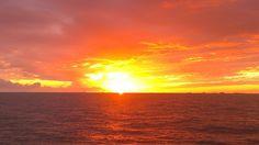 No dejan de maravillarme el mar y el sol.
