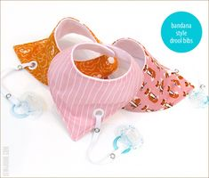 Bandana Style Baby Drool Bibs with Binky Leash - Baby Sewing Projects, Sewing For Kids, Sewing Ideas, Diy Baby Gifts, Baby Crafts, Bandana Bib Pattern, Baby Bib Tutorial, Baby Bibs Patterns, Sewing Patterns