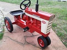 INTERNATIONAL-FARMALL-560-TOY-PEDAL-TRACTOR-Restored