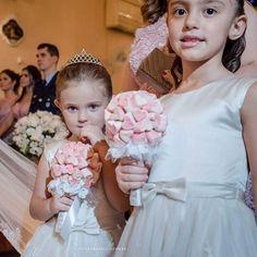 Daminhas são fofas demais! Muito mais com os buquês de doce da Etel Artes!   O buquê de marshmallow coração da foto é uma graça!   www.guiaqcqd.com/etelartes    Priscila Rabello    #buquê #buquêdedoce #buquêdemarshmallow #buquêdaminhas #daminhas