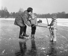 Kinder spielen Eishockey auf dem Petersdorfer See (DDR), 1976 Juergen/Timeline Images #1970er #DDR  #GDR #Ostdeutschland #EastGermany #MecklenburgVorpommern #Eis #Frost #Winter #Wintersport #Kinder #Alltag #Freizeit #Eis #Eislaufen #See