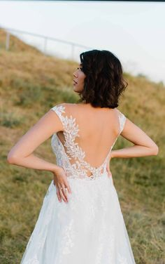 Romantic and Sexy Lace Wedding Dress with Modern Detail - Martina Liana Couture Wedding Gowns, Designer Wedding Dresses, Bridal Gowns, White Gowns, Bride Look, Lace Wedding, Ball Gowns, Beauty Style, Classic Beauty
