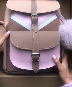 Moda de mochilas Cute Mini Backpacks, Stylish Backpacks, Girl Backpacks, Mochila Kpop, Fashion Bags, Fashion Backpack, Zapatillas Casual, Gucci Shoulder Bag, Girls Bags
