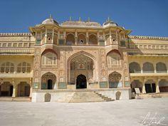 Inde, la forteresse d'Amber - Ganesh Pol, la porte de cérémonie conduisant aux dédales de palais et jardins et qui donne sur les quartiers privés des souverains.