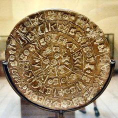 Disco de Festo (Lado A): Es un disco de arcilla cocida con inscripciones en ambas caras fechado a finales de la edad de Bronce. Fue descubierto el 15 de julio de 1908 por el arqueólogo italiano Luigi Pernier en la excavación del palacio minoico de Festos, cerca de Hagia Tríada, en el sur de Creta.