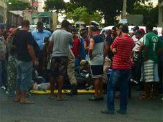 Acidente envolvendo moto e carro deixa duas pessoas feridas no Recife  Veículos colidiram em cruzamento de Setúbal, na Zona Sul.  Trânsito ficou complicado porque parte da via precisou ser interditada.  Um acidente envolvendo um carro e uma moto deixou duas pessoas feridas no fim da tarde desta sexta-feira (15). Os veículos colidiram no cruzamento entre a Avenida Visconde de Jequitinhonha e a Rua Baltazar Passos, em Setúbal, na Zona Sul do Recife.  Segundo o motorista do carro, o motoqueiro