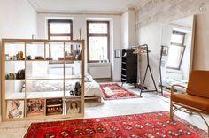 Großräumiges helles WG-Zimmer. Der Wohn- und Schlafbereich werden von einem Regalsystem getrennt. #WG #Zimmer #Einrichtung