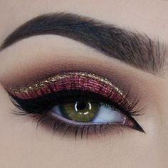 Il make up perfetto per le feste #glamour #eyes #makeup #makeuppernatale #christmasmakeup #eyelinerr #glitter #bigeyes #redeyeshadow