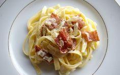 Pasta con peperoni e pancetta - Vi proponiamo una gustosa e colorata pasta con pepperoni e pancetta, un perfetto primo piatto estivo, piuttosto veloce da preparare