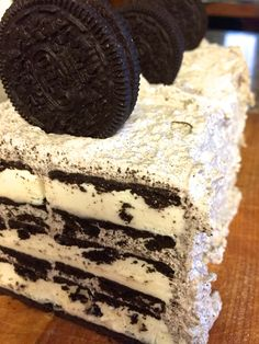 So EASY anyone can make it! No-Bake 3 Ingredient Cookies & Cream Ice Cream Cake