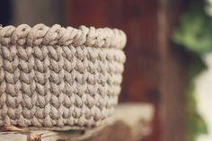 JEDNODUCHÝ NÁVOD NA HÁČKOVANÝ KOŠÍK - Tričkovlna Free Crochet, Knit Crochet, Merino Wool Blanket, Straw Bag, Diy Home Decor, Diy And Crafts, Crochet Patterns, Purses, Knitting