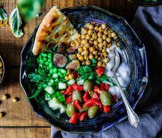 Ich liebe ja vegane Bowls in jeder Form und Farbe – sie sind einfach super leicht und schnell zu machen, mit den richtigen Zutaten eine absolute Nährstoffbombe und das perfekte Essen, wenn man sich einfach nicht entscheiden kann. Heute lieber Reis mit Guacamole oder doch lieber Falafel mit Salat?… Egal, einfach alles in eine Schüssel …