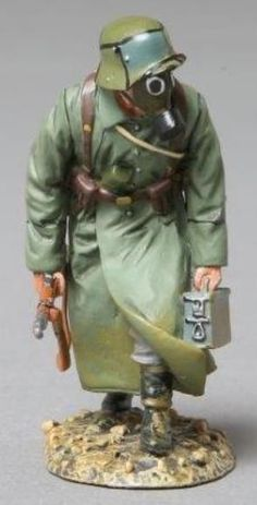 World War 1 German Army GW040B Storm Trooper with Rifle & Ammo Box wearing Gas Mask - Made by Thomas Gunn Military Miniatures and Models. Factory made, hand assembled, painted and boxed in a padded decorative box. Excellent gift for the enthusiast.