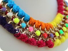 Collares con mensaje - Collar Tejido Extravagante Dorado Multicolor - hecho a mano por Flufftail en DaWanda
