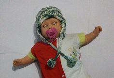 Touca de crochê bebê feito à mão na cor mesclado (verde e branco) com pompom  Tapa orelhas    Cores: mesclado(verde e branco) e branco (não disponível)  Material: lã  Tamanho: Recém-nascido    Apenas uma unidade no estoque.  Pronta entrega R$ 17,50