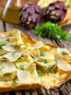 La Pizza bianca con carciofi e parmigiano è squisita e piace a tutti. Ideale da sgranocchiare allegramente in compagnia, in famiglia o con gli amici!