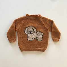 The Dennis sweater is a fast knitted sweater with thick yarn and needles. The dog is embroidered with duplicate stitches. Bichon Frise, Thick Yarn, Circular Needles, By, White Beige, Yarn Needle, Ravelry, Knitting Patterns, Stitch
