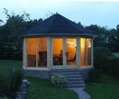 Gartenpavillon auf gemauertem Fundament - auch abends ein herrliches Plätzchen.