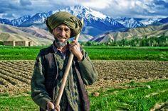 Afghan Green - Afghanistan   僕が旅した国の中で、アフガニスタンほど女性を撮るのが難しい国はなかった。ある程度の年齢に達すると、女性は皆ブルカやチャドルで顔を隠してしまうからだ。それでもアフガニスタンで写真を撮るのは楽しかった。とにかく男達が力強く、生き生きとした目をしていて、その姿が美しかったからだ。
