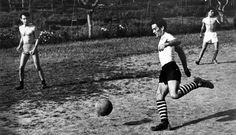 Passolini jugando fútbol!!    C'è chi vende, chi compera e chi fa il mediatore. http://blog.futbologia.org/2012/11/15/pierpasolini-di-paolo-sollier/#