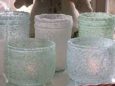 Make your own crystal jars. tint some epsom salt with food coloring,coat jar with mod podge.roll in epsom salt and use a spray sealer on top to finish these icy little jars; Mason Jar Crafts, Mason Jars, Diy Candle Projects, Easy Projects, Diy Candles Easy, Diy Upcycling, Theme Noel, Recycling, Epsom Salt