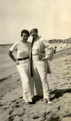 Thelma Wood and Djuna Barnes on the beach in Provincetown, 1925