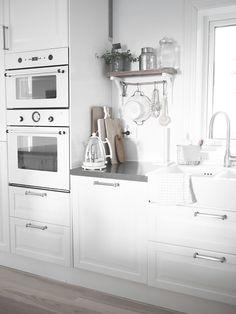 #white #kitchen home decor interior design decoration image picture photo kitchen www.decor-interio... white kitchen This light is so simple...