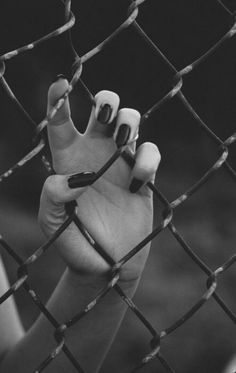 Ideas Photography Black And White Hands Girls, Girl Photography, Hand Photography, Creative Photography, Portrait Photography, Indie Photography, Sad Girl Photography, Engagement Photography, Black And White Aesthetic, Black N White, Wolf Black