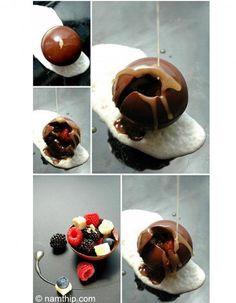 Dessert au chocolat : la sphère qui fond sous la sauce chaude !