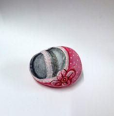 piedra pintada zapatito de bebe   por pedretaderiu