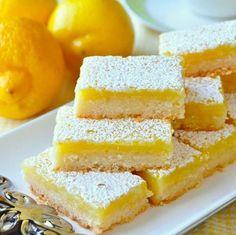 Tranci di crostata burrosa al profumo di limone. Questo delizioso dolce si chiama lemon bars e sta spopolando sul web: ideale da servire dopo pranzo o come pasticcino d'accompagnamento per il tè. Ecco la ricetta