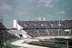 Aufmarsch verschiedener NS-Organisationen im Berliner Olympiastadion, um 1940. Foto: Sutton-Verlag