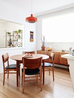 Australian Homes via Design Sponge. The Elsternwick home of Sonia Post and Glenn Manison. Mid-century modern decor with a real sense of warmth.