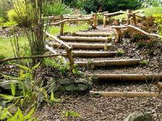 Les escaliers extérieurs en bois sont un moyen pratique et esthétique d'habiller les dénivelés naturels d'un jardin. Voici quelques conseils pratiques pour faire un escalier de jardin en utilisant des rondins.