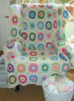 'starburst flower' blanket, design by Jane Brocket :  http://yarnstorm.blogs.com