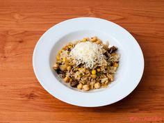 """Žampionové rizoto s kukuřicí: """"Název rizoto je možná trošku zavádějící protože zeleniny je zde opravdu málo. Je to však velmi chutný pokrm který můžete vyzkoušet jako lehký hlavní..."""" Grains, Food, Essen, Meals, Seeds, Yemek, Eten, Korn"""