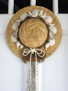 Straw Hats Decor -An Ode to Summer. Straw hat and shell wreath - cool! Seashell Projects, Seashell Crafts, Beach Crafts, Nautical Wreath, Seashell Wreath, Nautical Gifts, Hat Crafts, Diy And Crafts, Couronne Diy