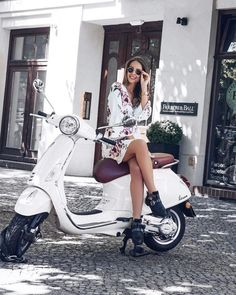 Scooter Girl, Lambretta Scooter, Scooter Motorcycle, Motorbike Girl, Vespa Girl, Vespa Scooters, Women Motorcycle, Motorcycle Helmets, Triumph Motorcycles