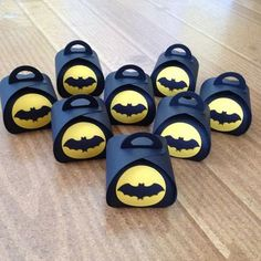 Stampin Up Batman Curvy Keepsake Treat Boxes - birthday Party new set of 6 3d Paper Projects, Paper Crafts, Cadeau Surprise, Batman Birthday, Fancy Fold Cards, Pillow Box, Halloween Cards, Treat Bags, Stamping Up