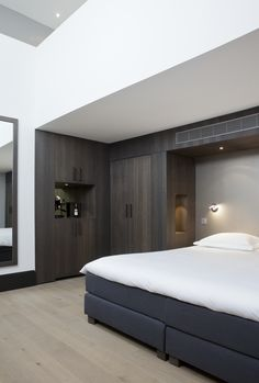 Remy Meijers Interieurarchitectuur Hotel The DylanHotel The Dylan - Remy Meijers Interieurarchitectuur Dylan Hotel Amsterdam, Built In Dressing Table, Modern Interior Design, Hotels And Resorts, Guest Room, Small Spaces, House, Furniture, Home Decor