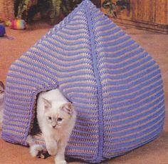 Crochet Kitty Koozie – Cat Bed - Pet craft diy projects and ideas Gato Crochet, Crochet Cat Toys, Crochet Dog Sweater, Crochet Home, Diy Crochet, Crochet Crafts, Crochet Projects, Diy Projects, Crochet Ideas