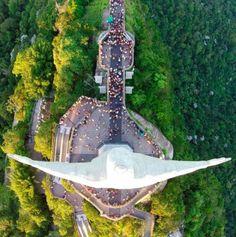 RIO DE JANEIRO (BRASILE) – Della statua del Cristo Redentore a Rio è pieno il web. Ben più raro, però, lo scatto realizzato dal drone sopra il colosso, decisamente ben più sorprendente. Vi piacciono le statue gigantesche?