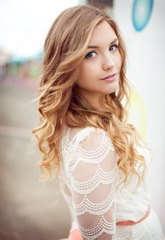senior girl photo picture posing ideas Love the over the shoulder look Senior Portraits Girl, Senior Girl Photography, Senior Photos Girls, Senior Girl Poses, Senior Girls, Girl Photos, Portrait Photography, Senior Posing, Carnival Photography